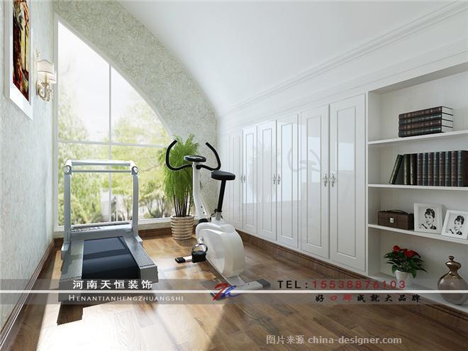 本案以白、米黄为主色调的设计风格,家具上也依然采用以白为主色,目的是增加空间温暖、明朗感,整体风格定位是雅致欧式风格而书房和健身房采用了偏点现代风格的表现手法,色调上改用了清新的淡绿色,但整体上还是延续餐厅的欧式风格。另外采用反光性偏高的材料来体现整体的奢华感,比如地面玻化砖,客厅主卧室顶面的银箔壁纸,水晶吊灯等等。整体的设计思路是通过平面布局的改造力使每个空间周正,大气,提高视觉通透性和实用率。 【洛阳天恒装饰】装修咨询:15538876103 在线QQ:1102686633