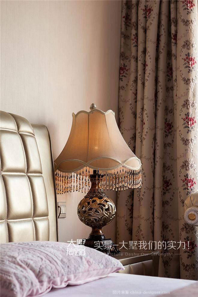 卧室采用大气欧式床品搭配素色壁纸,使整个房间充满着淡淡得暖意与